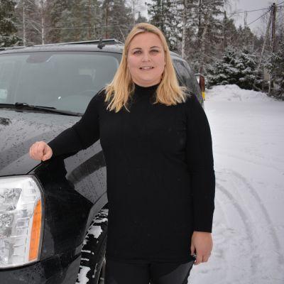 Katriina Laine Cadillacinsa vieressä.