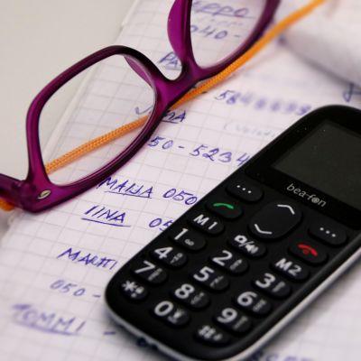 Silmälasit, kännykkä ja vanhuksen tärkeät puhelinnumerot