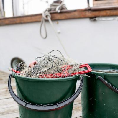 Kalastusverkoista tehty muoviämpäri