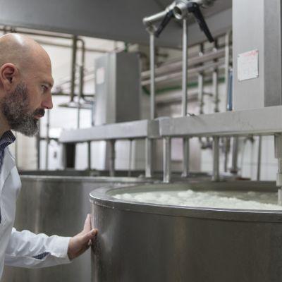 Fetan tuottaja Kyriakos Kostarelos tarkkailee maidon pastörointia. Kostarelos valvoo huolella, mitä eläimet syövät ja miten maito kuljetetaan valmistamoon.