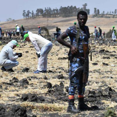 Onnettomuustutkijoita turmapaikalla Etiopiassa.