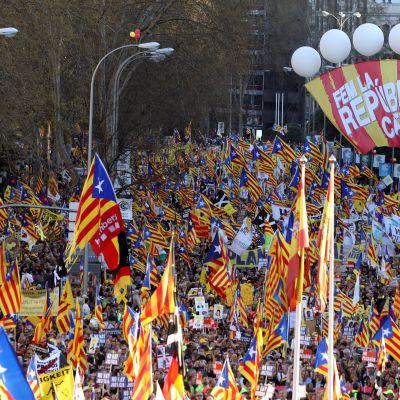Espanjassa tuhannet separatistit marssivat katalaanijohtajien syytteitä vastaan
