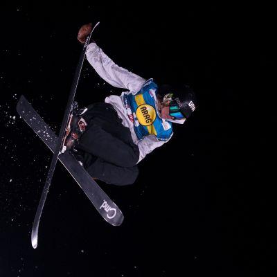 Elias Syrjä hyppää.