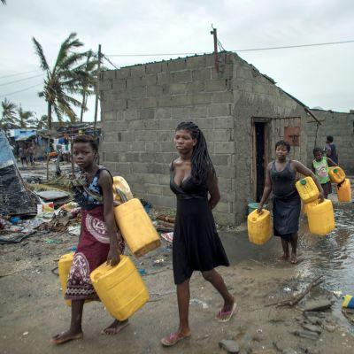 Mosambikilaiset etsivät puhdasta juomavettä Sofalan maakunnassa Keski-Mosambikissa.