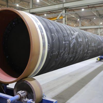 Viimeinen putki, joka Kotkassa päällystetään Nord Stream 2-maakaasuputkea varten.