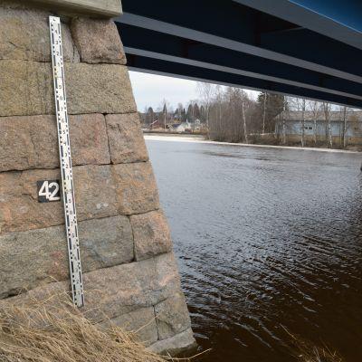 Kyrönjoen korkeutta tarkkaillaan siltaan kiinnitetyllä mittarilla Kurikassa.
