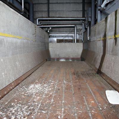 Murskalaitoksen lattia liikkuu edestakaisin, ja kuljettaa murskattavan aineksen koneistoon.