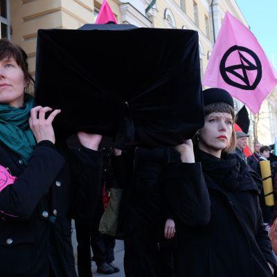 Anna Leppä (vasemmalla) ja Elina Kauppila ovat Elokapina-liikkeen aktiiveja.