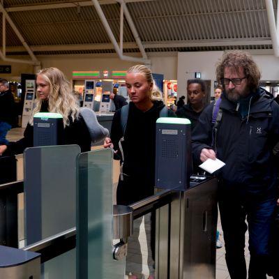 Lentomatkustajia Tukholman Arlandan lentoaseman terminaalissa 4.