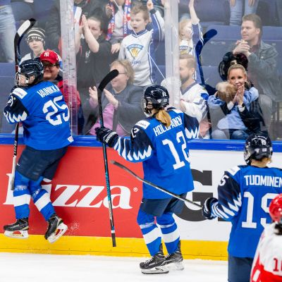 Viivi Vainikka (numero 25) tuulettaa avausosumaansa Venäjä-pelissä.