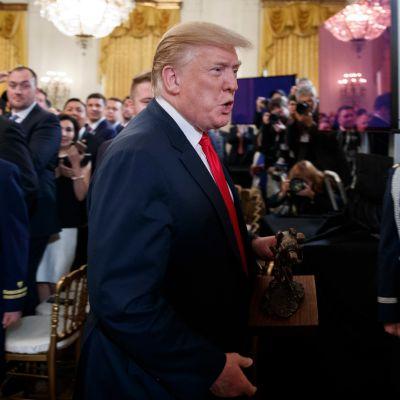 Trump veteraanien tilaisuudessa Valkoisessa talossa