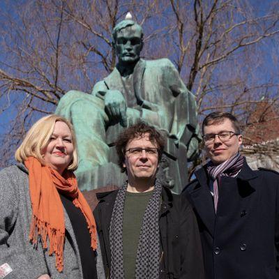 Regina Rask, Antti Kivivalli ja Jere Markkanen Aleksis Kiven patsaalla