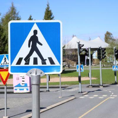 Liikennemerkki Kirjurinluodon liikennepuistossa Porissa. Kirjurinluoto.
