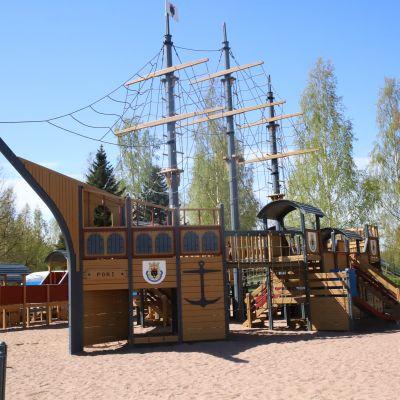 Merirosvolaiva Pelle Hermannin leikkipuistossa Kirjurinluodossa Porissa. Kirjurinluoto.