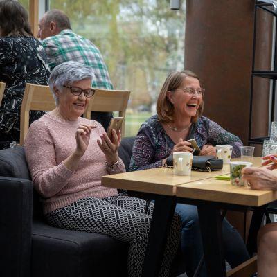 Rauni Lindqvist-Oksa ja Marja Sinisalo Tampere-talon ravintolassa.