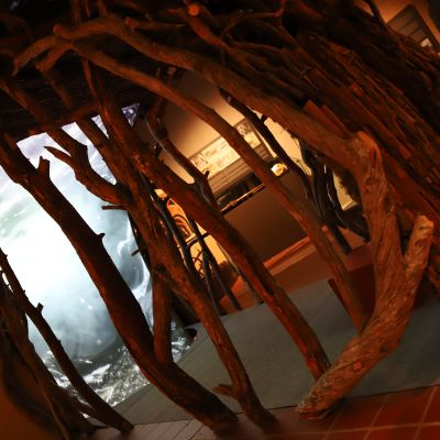 Puusta rakennettu luola, jossa esitetään karhusta kertovaa teosta.