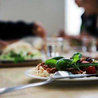 Kastiketta ja spagettia lautasella
