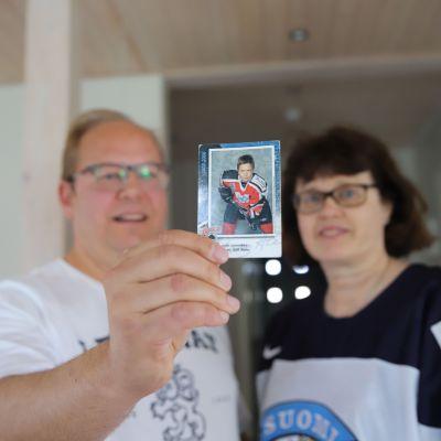 Ari ja Elisa Lammikko poikansa Juhon kuvan kanssa.