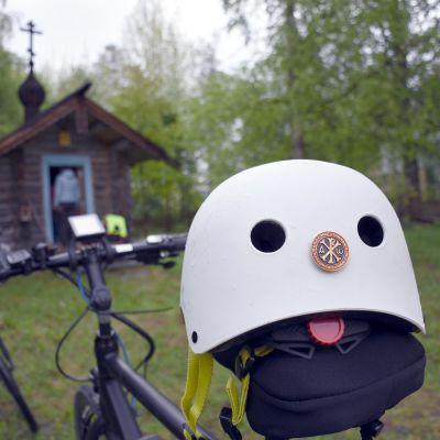 Pyöräilykypärä tsasounan edustalla