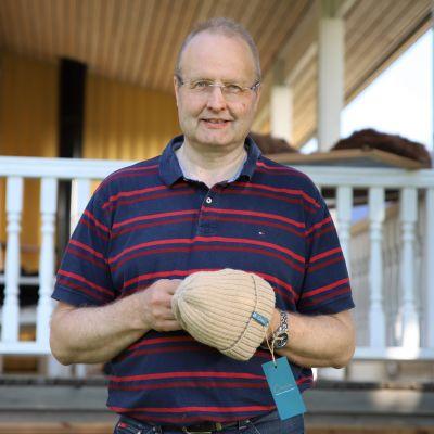 Petri Porkka pitelee alpakan villasta tehtyä pipoa.