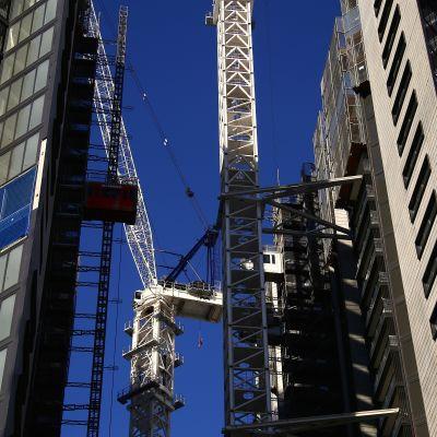 Rakenteilla olevia kerrostaloja St Leonardsin esikaupunkialuella Sydneyssä.