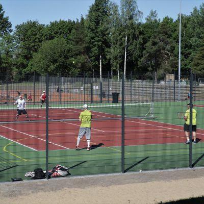 Kimpisen urheilukeskuksen tenniskenttä.
