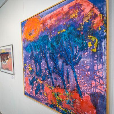 Värikäs taulu näyttely huoneessa.