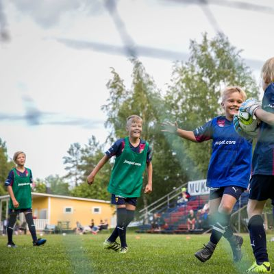 AC Barcan juniorit harjoittelevat Kuopion Riistavedellä Vartialan kentällä