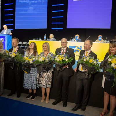 Perussuomalaisten uusi puoluejohto poseerasi medialle kukkien kanssa perussuomalaisten puoluekokouksessa Tampereella.