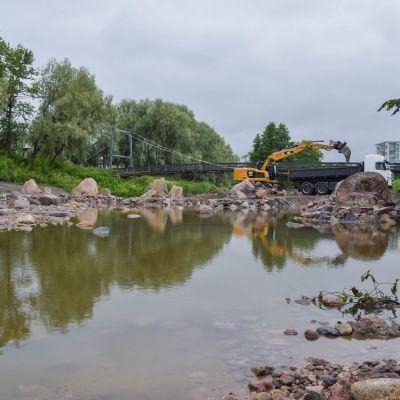 Kaivinkone ja kuorma-auto töissä Salonjoella.