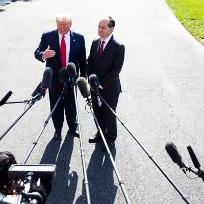 Yhdysvaltain presidentti Donald Trump ja eroava työministeri Alex Acosta Valkoisen talon edustalla 12. heinäkuuta.
