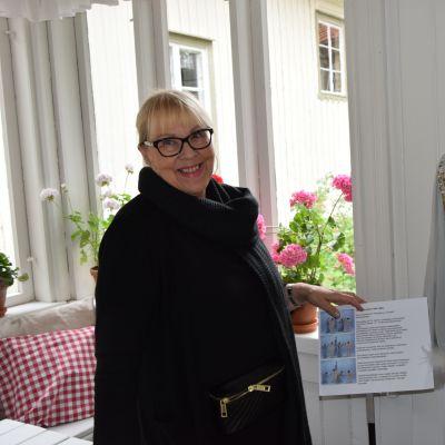 Nainen esittelee tekemäänsä pukua viihdeohjelma Velipuolikuuhun.