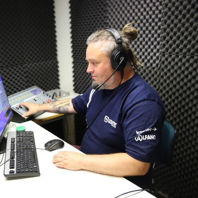 Radio Kaakon juontaja Robi Schurmann tekemässä radiolähetystä.