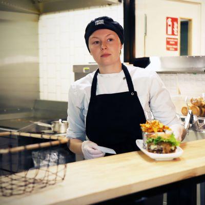 Team member Emma Gäddnäs Vaasan Friends and Brgrs -ravintolassa.