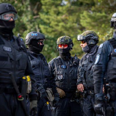 Poliisit erikoisvarustuksissa valvomassa KuPSin europelin turvallisuutta Kuopiossa.