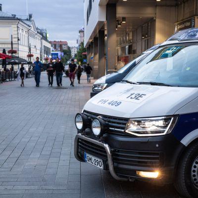 Poliisi varmistaa, että ilta sujuu turvallisesti Kuopion keskustassa europelin jälkeen.