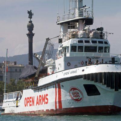 Open Arms -järjestön alus lähdössä Barcelonan satamasta kohti Kreikkaa. Kuva huhtikuulta 2019.