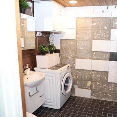 Kuvassa kylpyhuoneen seinästä irronneita kaapeleita.