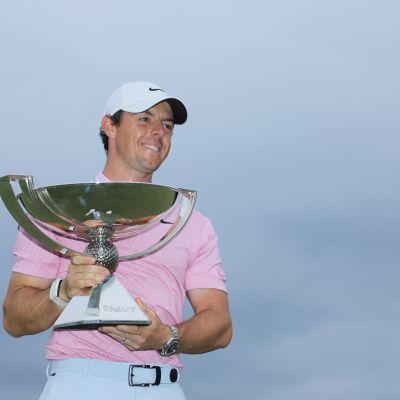 Rory McIlroy poseeraa PGA-kiertueen palkintopystin kanssa.
