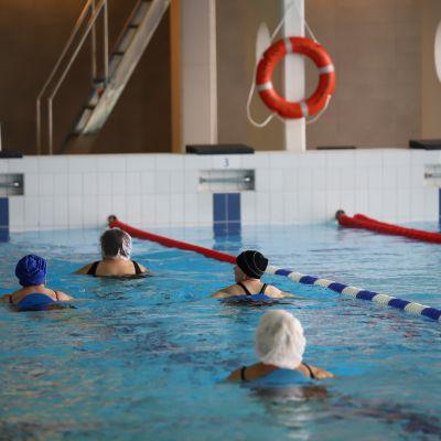 Vesijuoksijoita Karhulan uimahallissa.