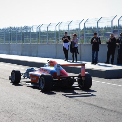 Mika Salo ajaa F4-autoa Kymi Ringillä.