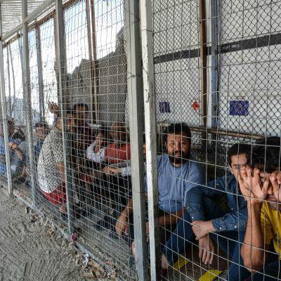 Ihmisiä odottamassa rekisteröintiä Morian pakolaisleirillä
