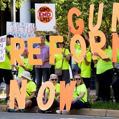 Aseenkanto-oikeuden uudistuksia ajavia mielenosoittajia NRA:n päämajassa Fairfaxissa Virginiassa 14. elokuuta 2019.