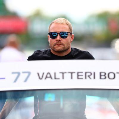 Valtteri Bottas aurinkolasit päässä lähikuvassa.