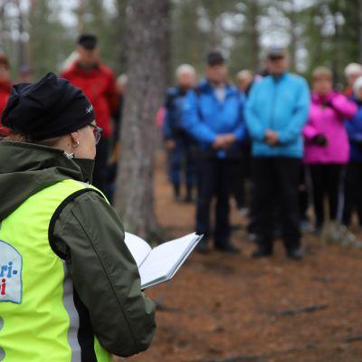 Anu Toivonen saarnaa luontokirkossa Ylläksen Pakasaivossa.