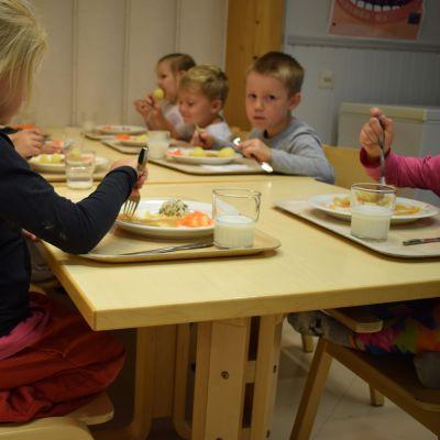 Ihoden päiväkodin lapset syövät koulun tiloissa.