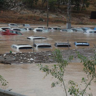 Itä-Espanjan Alicantessa autot jäivät veden alle rankkasateiden ja niiden laukaisemien kovien tulvien takia 12. syyskuuta 2019.