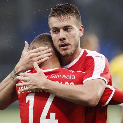 Tiquinho ja Luis Henrique juhlivat maalia HIFK:n paidassa.