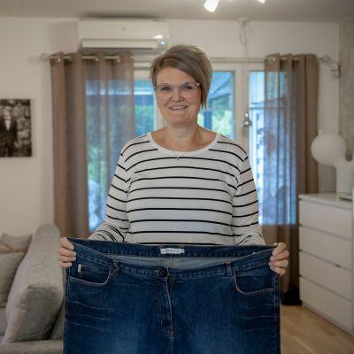 Sari Kaukonen esittelee isoksi jääneitä farkkuja