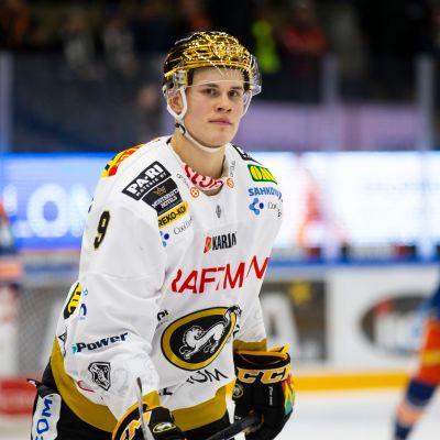 Jesse Puljujärvi kultainen kypärä päässä.